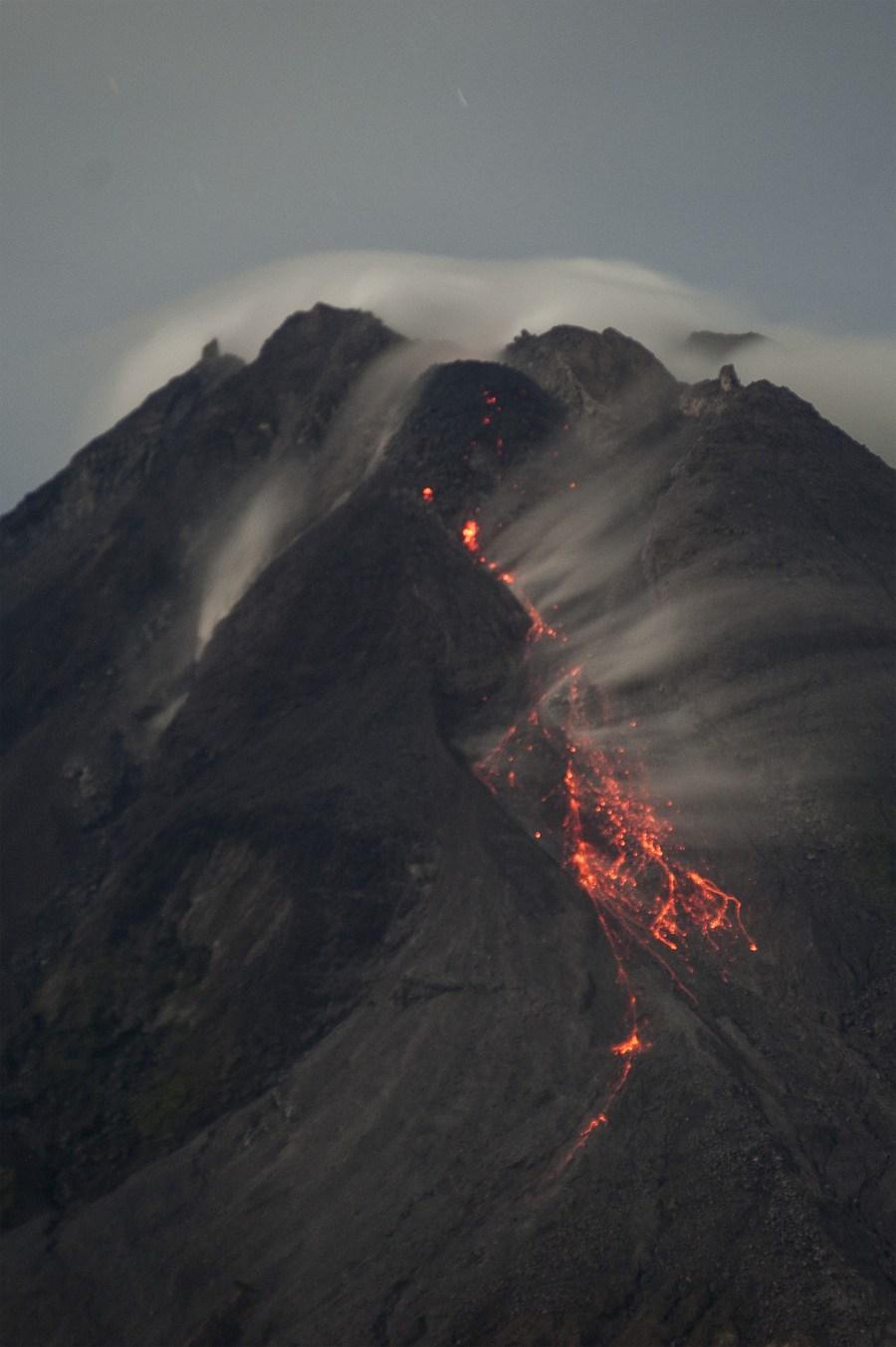 ภูเขาไฟเมราปีปะทุในอินโดนีเซีย