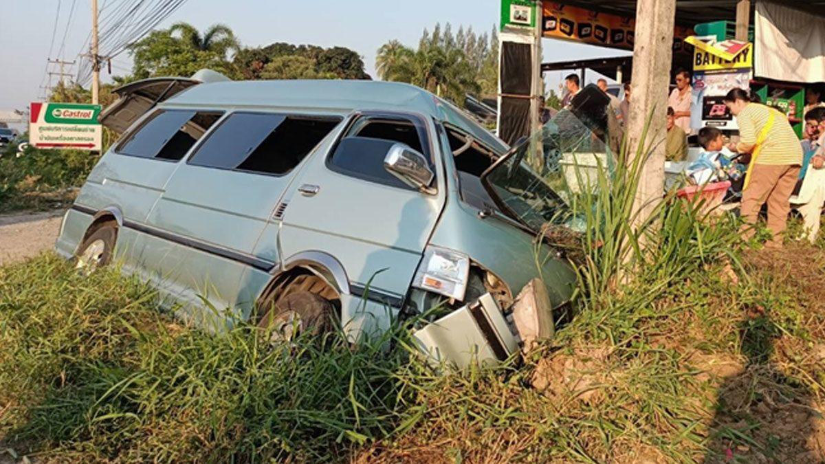 สลด รถตู้รับส่งนร. พุ่งชนเสาไฟฟ้าเจ็บอื้อ คนขับดับ พบมีโรคประจำตัว
