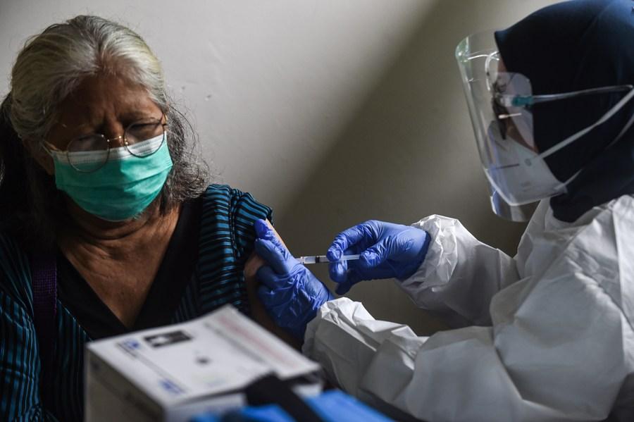 อินโดฯ เริ่มฉีดวัคซีนโควิด-19 ให้นักข่าว