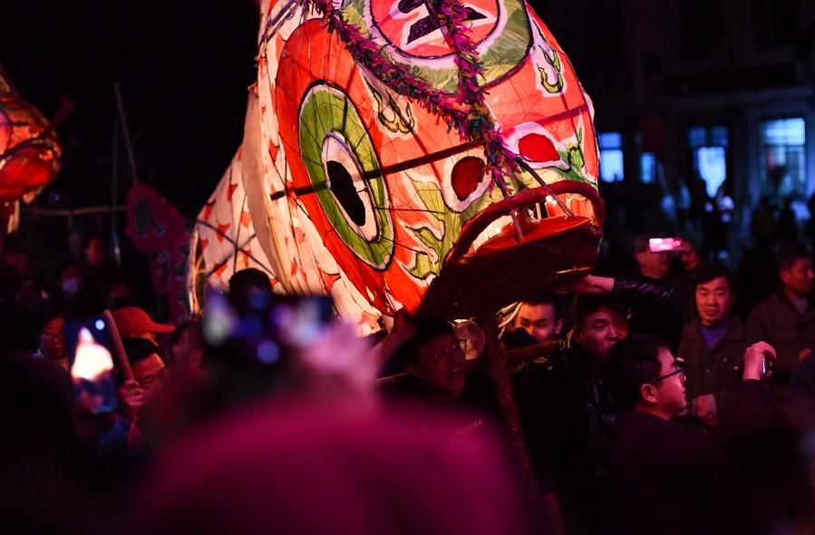 ขบวนแห่ 'ปลายักษ์ขอโชคลาภ' ฉลองเทศกาลโคมไฟในอันฮุย