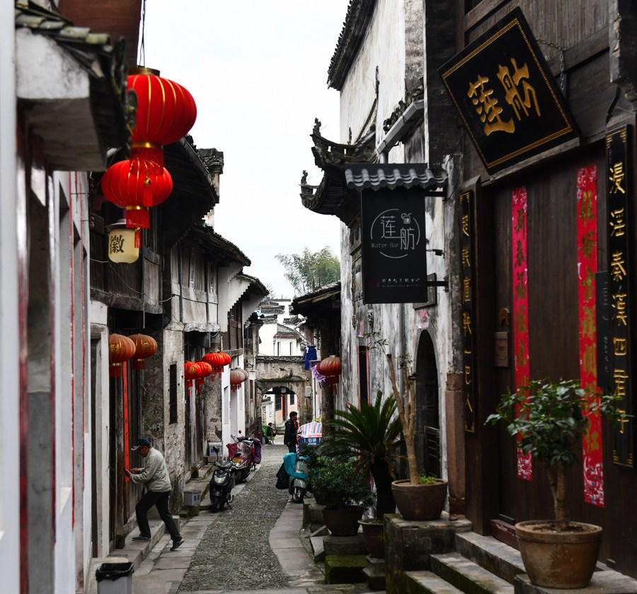 นทท.เยือน 'เมืองโบราณในอันฮุย' คึกคักรับวันหยุด