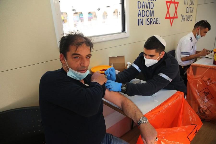 อิสราเอลไฟเขียวฉีดวัคซีนโควิด-19 ให้แรงงานปาเลสไตน์