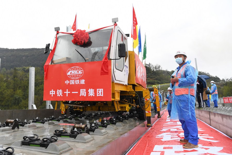 จีนวางรางรถไฟความเร็วสูง 'เจิ้งโจว-ว่านโจว' ชุดแรกในฉงชิ่ง