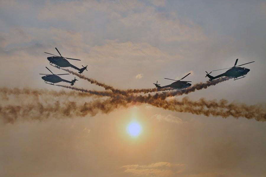ทัพฟ้าศรีลังกาส่ง 'บินรบ-เฮลิคอปเตอร์' โชว์ผาดโผนฉลองครบรอบ 70 ปี