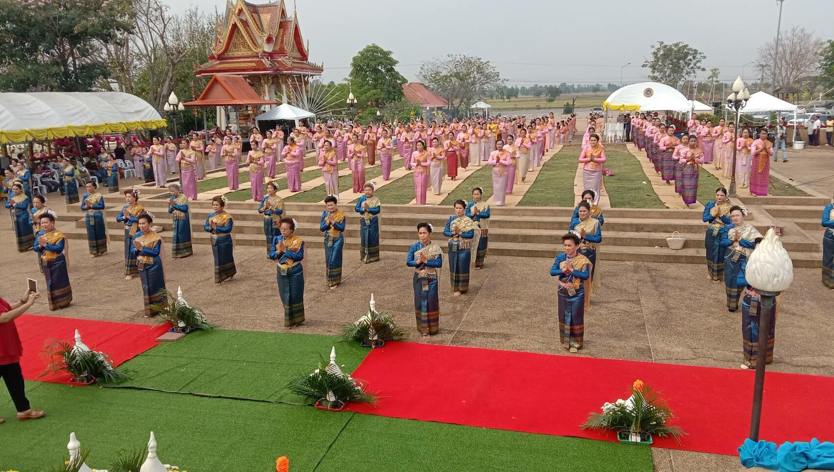 ชาว'พิมายกว่า 200 คน ตั้งริ้วขบวนแห่ชุดไทยโบราณ รำบวงสรวงเชิดชูวีรกรรมคุณย่าโม