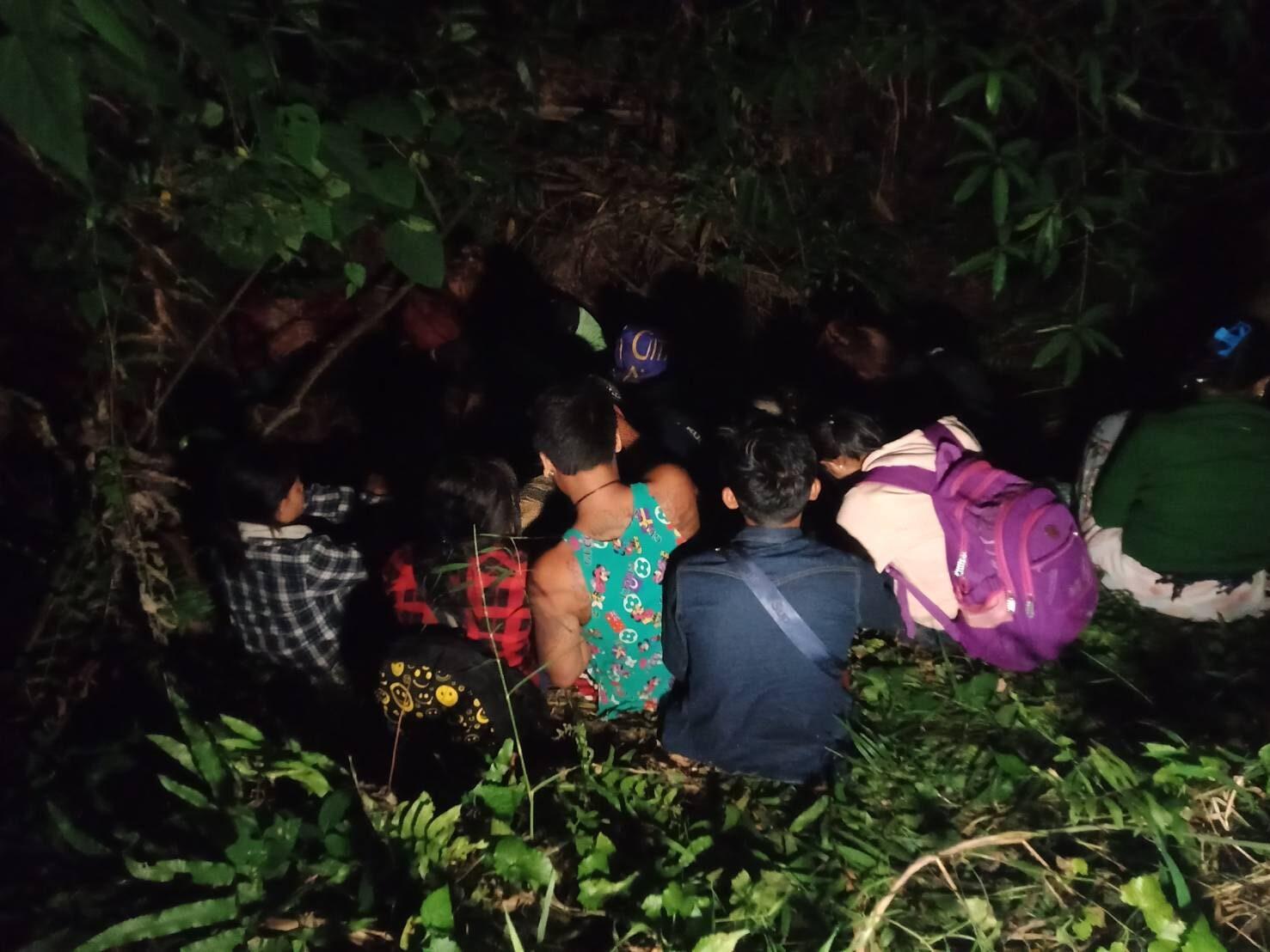 สลดใจ ต่างด้าว 33 คน ถูกทิ้งกลางป่าชายแดนสังขละบุรี อ้างนายหน้าชาติเดียวกันพาลอบเข้าไทย