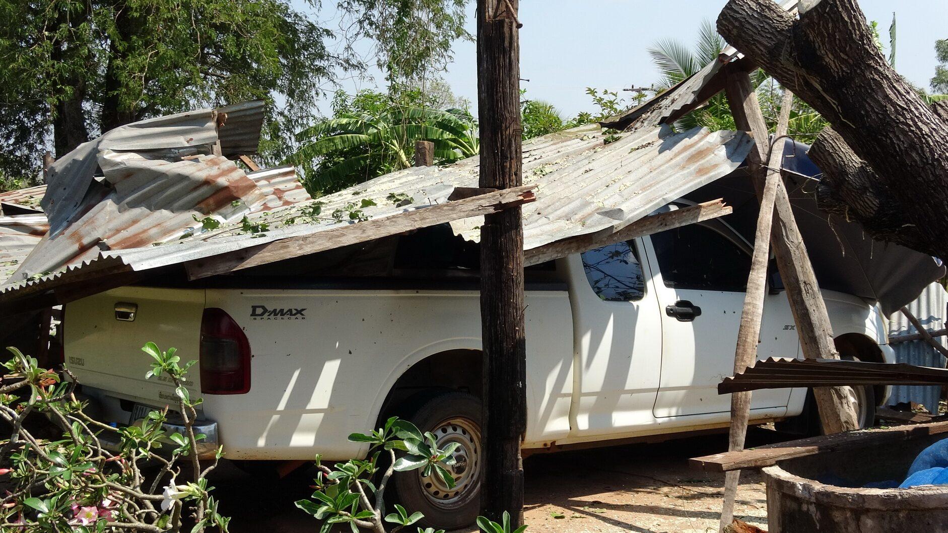 พายุฤดูร้อนพัดหนองคาย ไม้หักโค่นบ้านพังหลังคาเปิดกว่า 200 หลัง