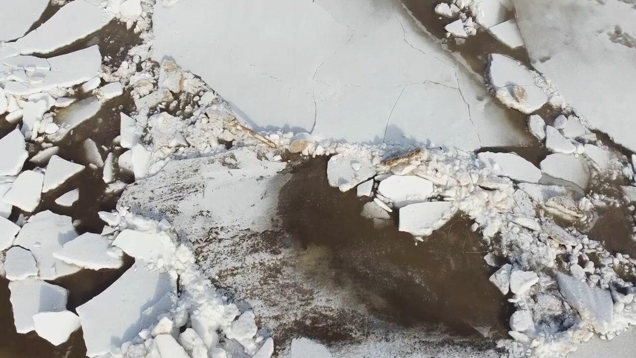 ทหารลัตเวีย 'ระเบิดแพน้ำแข็ง' สกัดน้ำท่วมเมือง