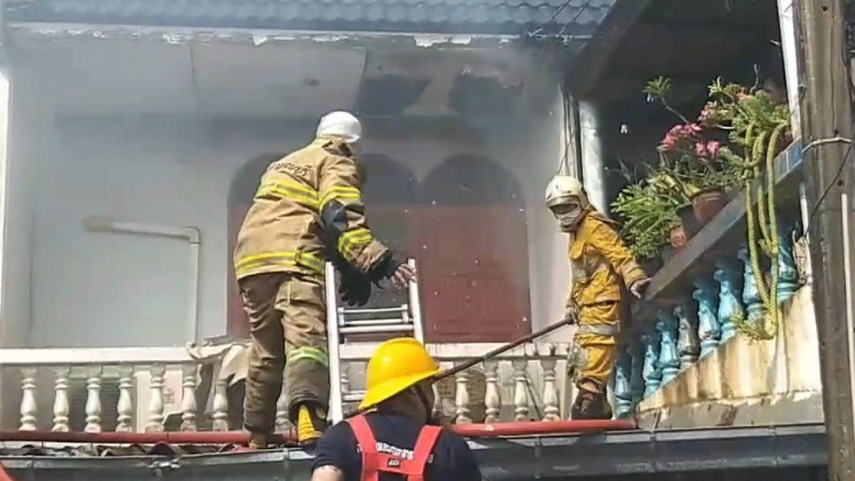 ไฟไหม้ทาวน์เฮ้าส์ จนท.ดับเพลิงระงับเหตุ พลาดตกหลังคาชั้น2 เจ็บสาหัส