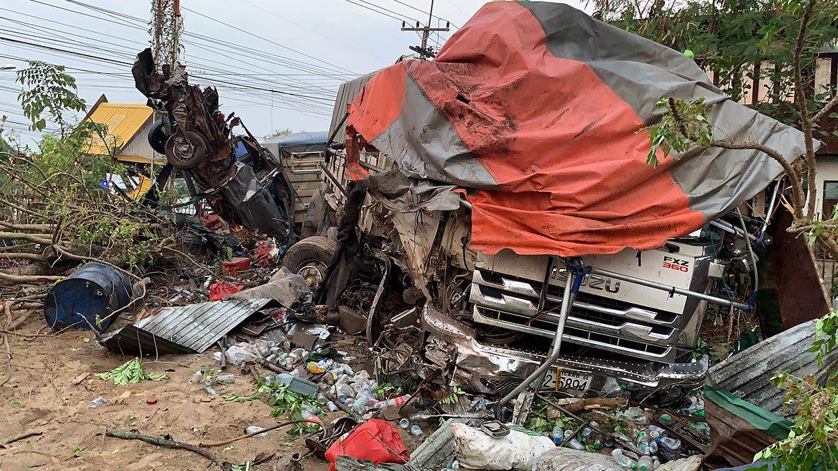 ใครเห็นก็ว่าตาย! รถบรรทุกพ่วง หลับใน พุ่งชนศาลา-บ้าน อัดรถยับ4คัน