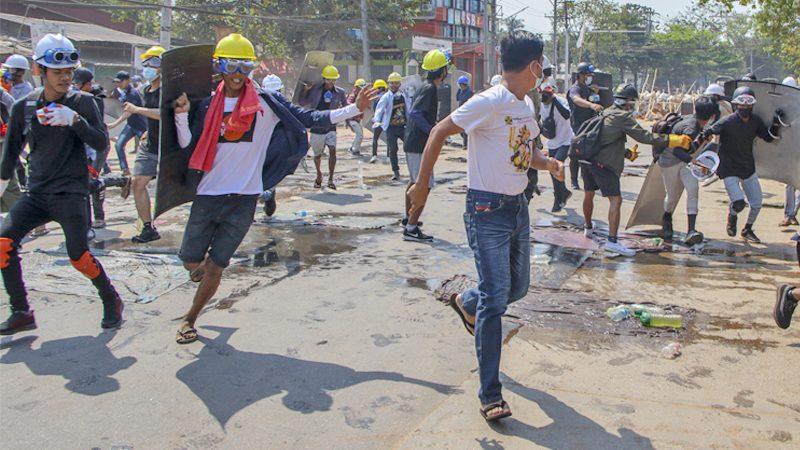 """ทัพพม่าไม่สนโลกประณาม """"กราดยิง"""" ผู้ชุมนุมเมืองมไยง์ ดับแล้ว 6 บาดเจ็บอื้อ!"""