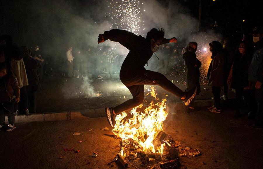 ชาวอิหร่านฉลอง 'เทศกาลแห่งไฟ' ต้อนรับวันปีใหม่