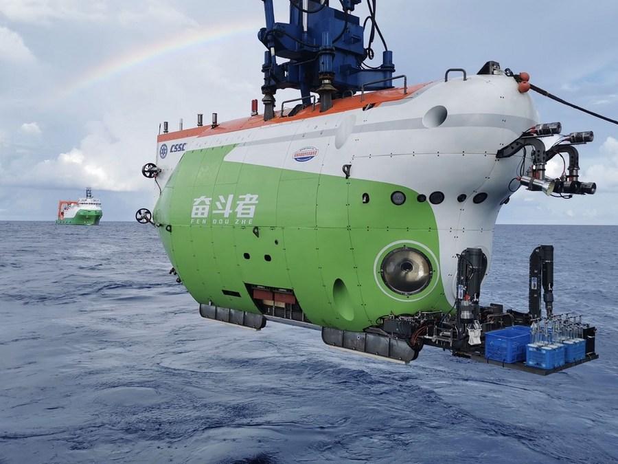จีนส่งมอบ 'เฟิ่นโต้วเจ่อ' เรือดำน้ำลึก 10,000 เมตร