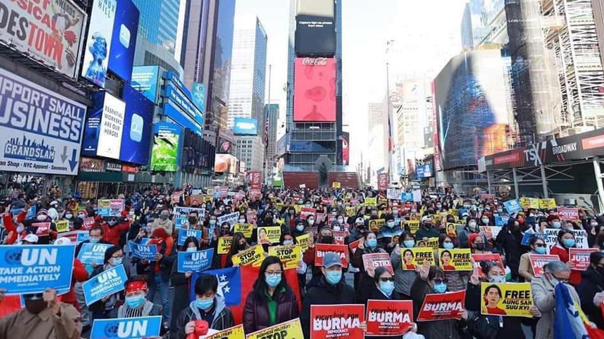 ชุมชนเมียนมานับร้อย ชุมนุมสนับสนุนประชาธิปไตยกลางนครนิวยอร์ก