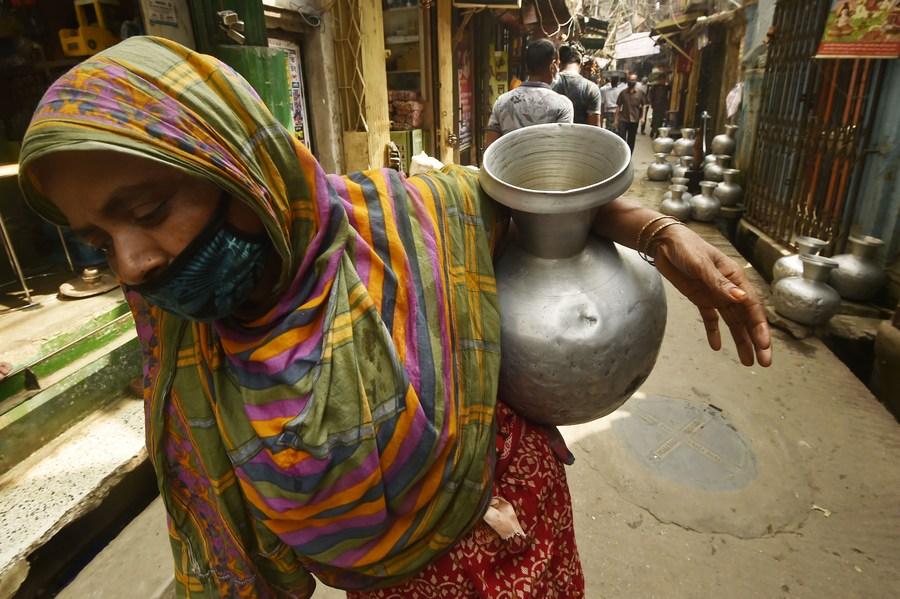 ชาวเมืองหลวงบังกลาเทศลุย 'แบกเหยือกเติมน้ำ'