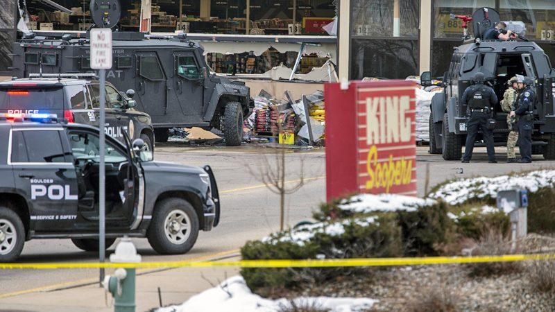 """สหรัฐช็อก! มือปืน """"กราดยิงตลาด"""" คร่าแล้ว 10 ศพ-ตำรวจสังเวยด้วย 1 นาย (คลิป)"""