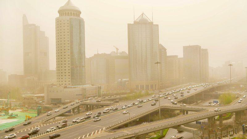 """พายุทรายถล่มซ้ำ """"ปักกิ่ง"""" มลพิษทะลุระดับ 500 ฝุ่นหนาแน่น-ขมุกขมัวทั่วทั้งเมือง"""