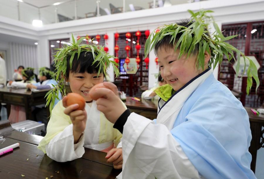 ตื่นตาตื่นใจ! เด็กน้อยอันฮุยเรียนรู้วัฒนธรรม 'เช็งเม้ง' ผ่านการลงมือทำ