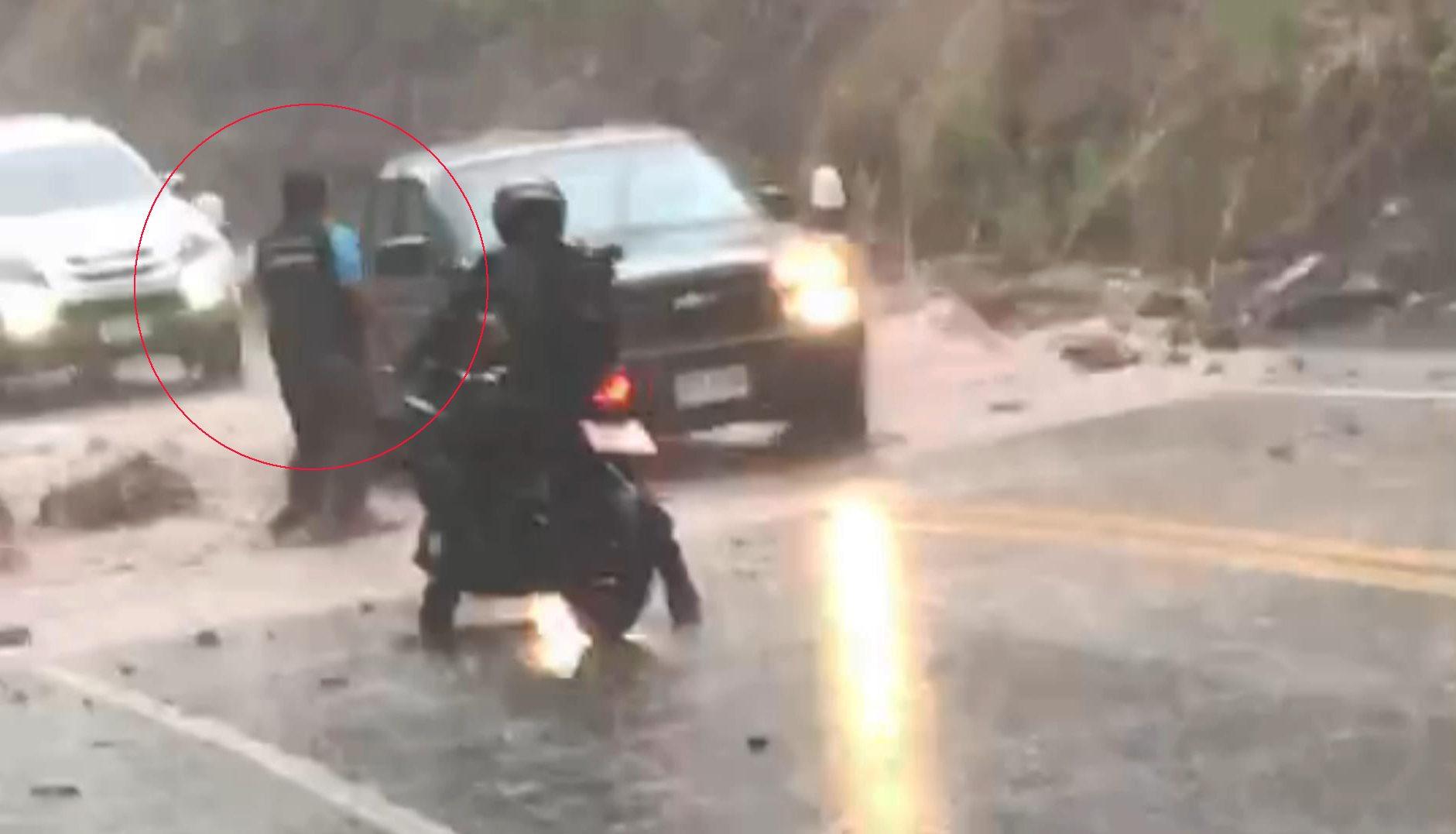 เปิดใจกำนันขาลุย ฝ่าฝนตกหนักลงไปเคลียร์ถนน หินดินถล่มจากภูเขา