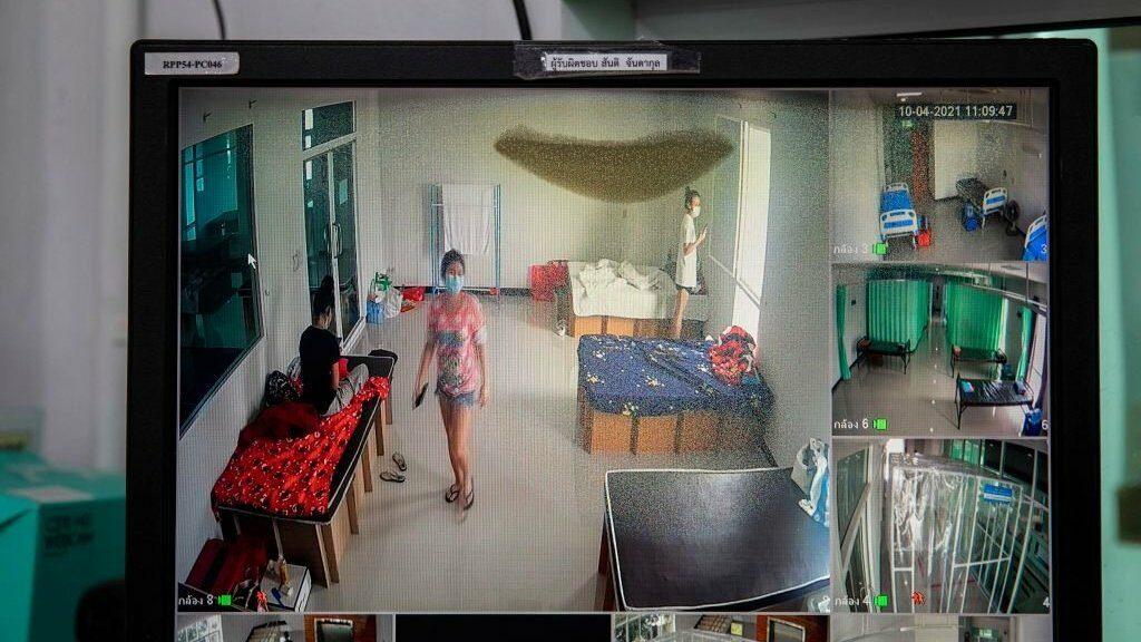 โควิด-19 : คนไทยพร้อมกักตัวที่บ้านหรือยัง หลังยอดติดเชื้อพุ่ง เตียงไม่พอ