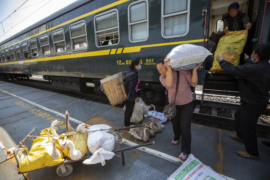 'รถไฟหวานเย็น' เส้นทางสำคัญสู่โลกนอกขุนเขาของชาวบ้านในเสฉวน