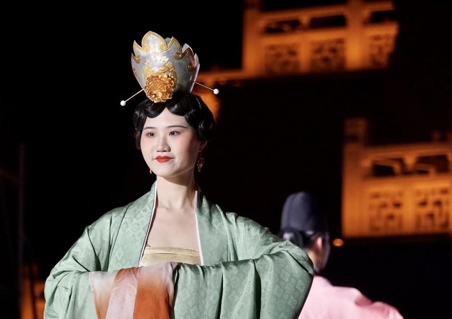 ตื่นตา! เหอหนานจัดโชว์ 'ชุดจีนโบราณ' ดีไซน์ตามรูปปั้นเก่าแก่