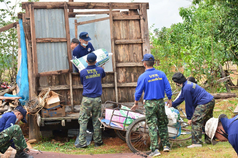 'นักรบชุดน้ำเงิน' เข้าซ่อมบ้าน-รื้อถอน ช่วยปชช.สกลนคร หลังประสบเหตุวาตภัย