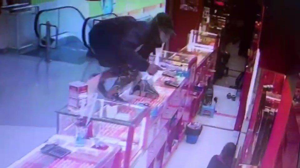 เปิดภาพวงจรปิด คนร้ายควงปืน ชิงทรัพย์ร้านทอง ห้างบิ๊กซีหาดใหญ่ ได้ทอง 47 บาท มูลค่า 1.2 ล้าน