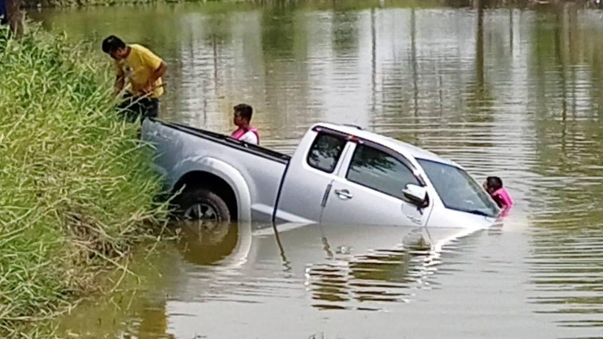 อุทาหรณ์! จอดรถไว้ ดึงเบรกมือไม่สุด รถไหลลงสระน้ำต่อหน้า