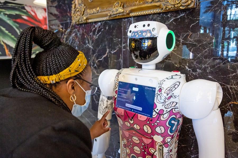 โรงแรมในแอฟริกาใต้ใช้ 'หุ่นยนต์บริการไร้สัมผัส' รับยุคโควิด-19