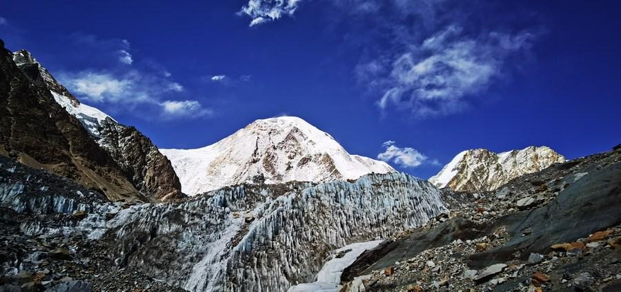ยล 'ธารน้ำแข็ง' ซุกตัวเชิงขุนเขาในทิเบต