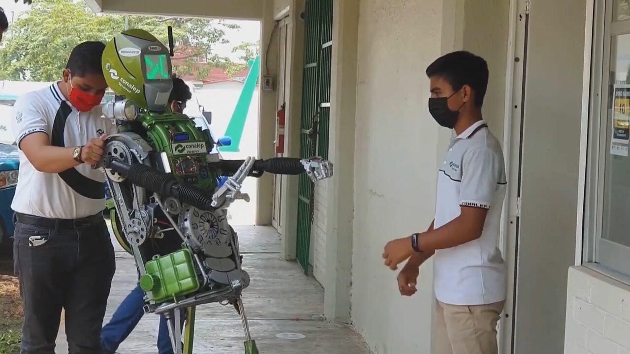 นศ.เม็กซิโกพัฒนา 'หุ่นยนต์ต้านโควิด-19' ต้อนรับเปิดเรียน