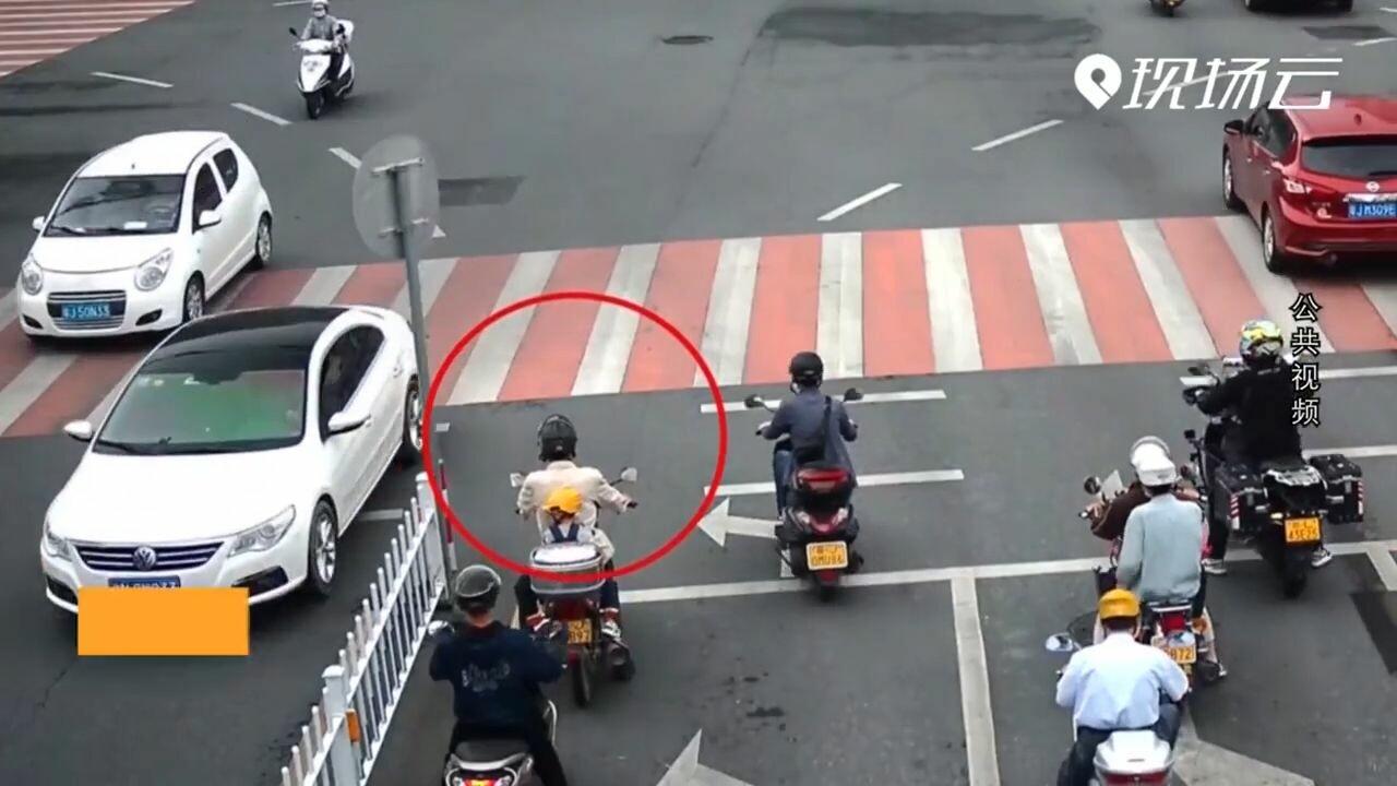 ทุ่มเต็มที่! ทัพตำรวจจีนปฏิบัติการด่วนจี๋ ช่วยเด็กขาติดล้อกลางถนน