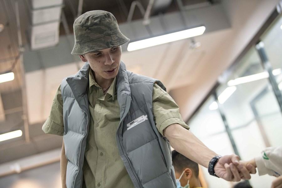 'ซีเร่อหลี่' เด็กหนุ่มผู้ผันตัวเป็นครูสอน 'สตรีตแดนซ์' ในอุรุมชี