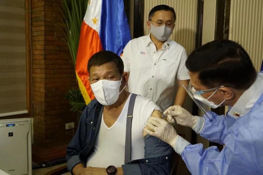 ปธน.ฟิลิปปินส์ รับวัคซีนโควิด-19 'ซิโนฟาร์ม' โดสแรก
