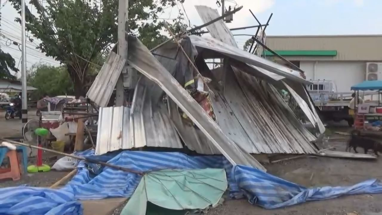 พายุฝนฤดูร้อนพัดถล่ม บ้านเรือนกว่า 10 หมู่บ้าน ปชช.เดือดร้อนหนัก