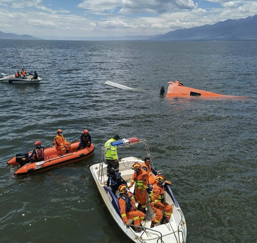 'เฮลิคอปเตอร์' ตกทะเลสาบในยูนนาน ขณะสูบน้ำเคลียร์ไฟป่า