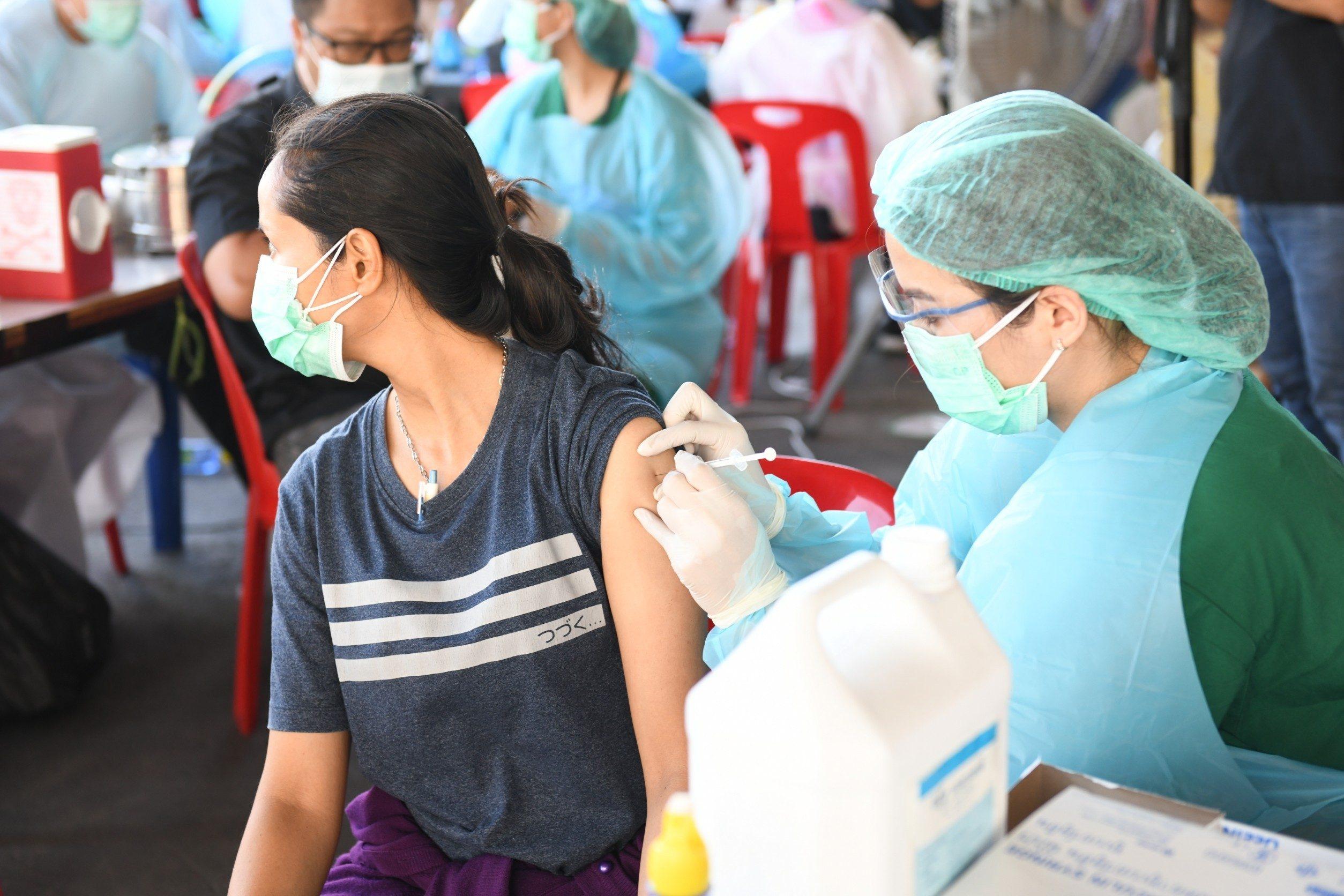 กทม.ระดมฉีดวัคซีนโควิดย่านคลองเตย-ปทุมวัน แล้วกว่า 3 หมื่นคน