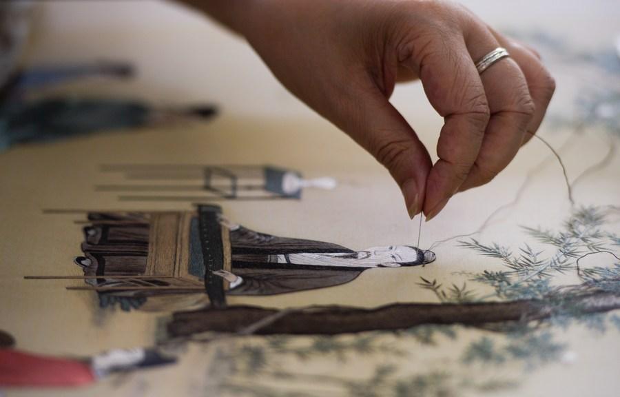 ซูโจวหนุนสอน 'เย็บปักถักร้อย' ในโรงเรียน สืบสานหัตถศิลป์โบราณ