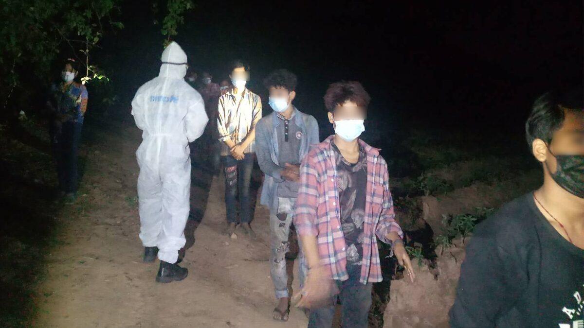 ทะลักไม่หยุด! เมืองกาญจน์ รวบชาวเมียนมา 28 คน พร้อมผู้นำพาลอบเดินเข้าไทย