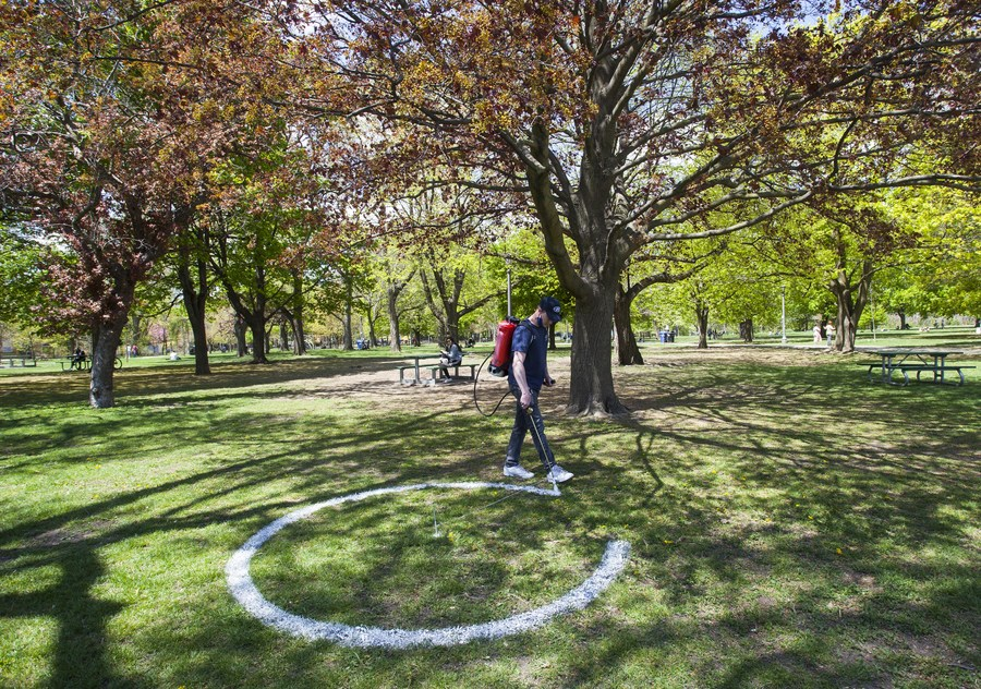 สวนสาธารณะแคนาดาผุด 'วงกลมขาว' หนุนรักษาระยะห่าง