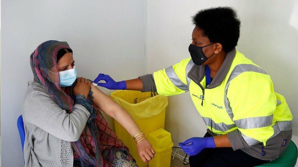วิจัยในอังกฤษชี้วัคซีนไฟเซอร์-แอสตร้าเซนเนก้า มีประสิทธิภาพต้านโควิดสายพันธุ์อินเดีย