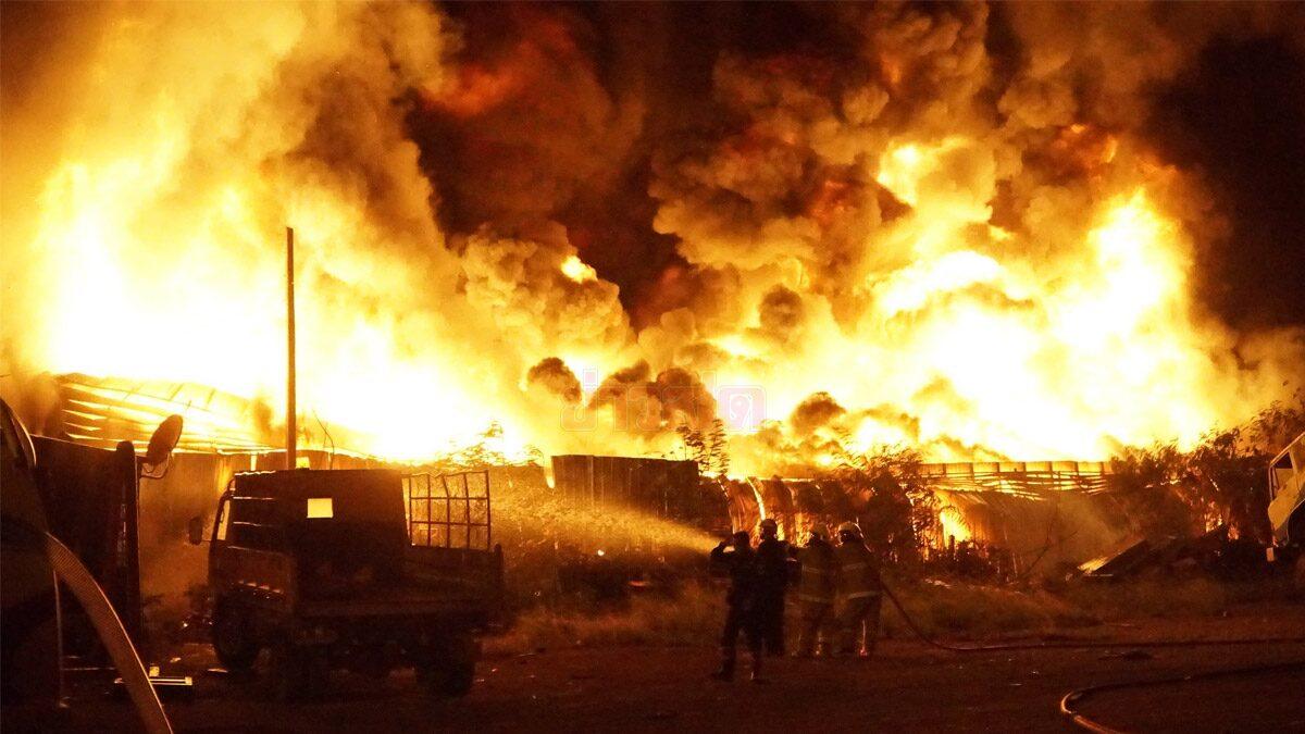 โหมไหม้น่ากลัว! ไฟเผาโกดังร้านค้าส่งใหญ่สุดในหนองคายวอด ควันเต็มฟ้า คุมเพลิง 2 ชั่วโมง