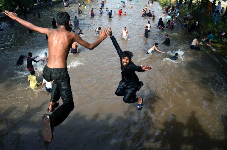 ร้อนเกินทน! ชาวปากีสถานแห่เล่นน้ำคลอง หลังอุณหภูมิพุ่ง 38 องศาฯ