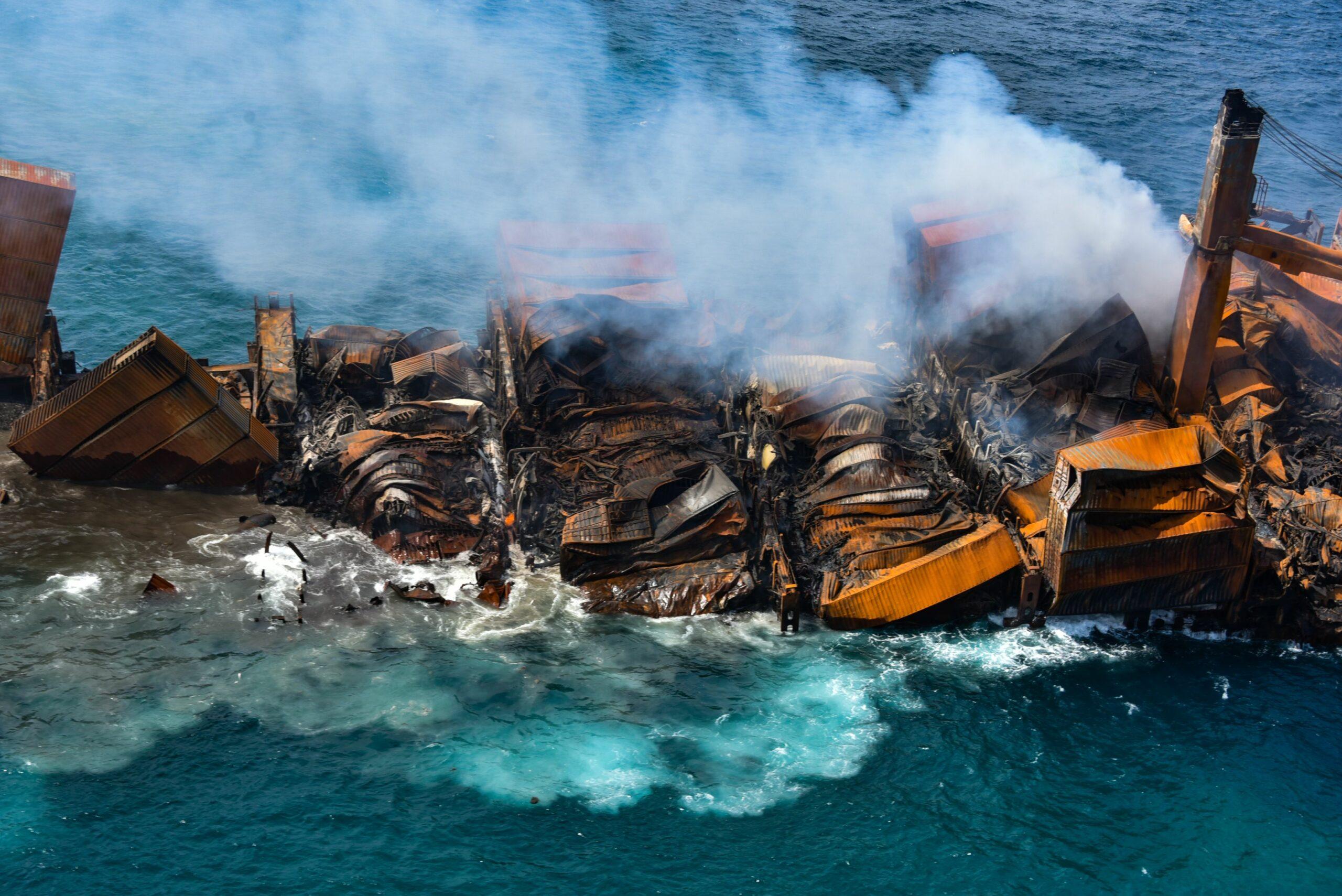 ศรีลังกาหยุดลาก 'เรือไฟหายนะ' หลังท้ายลำจมทะเล