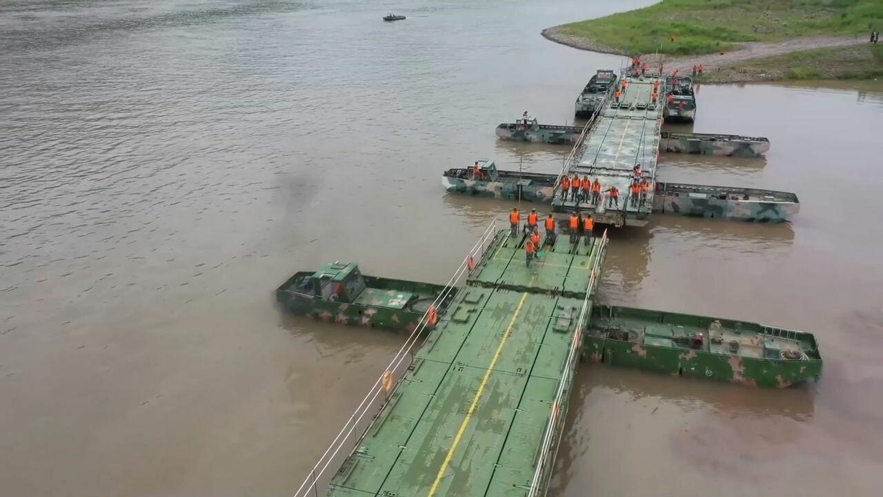 ทหารจีนตั้ง 'สะพานลอยน้ำ' ยาว 200 เมตร เสร็จใน 25 นาที