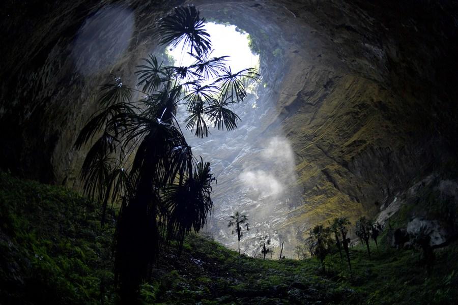 พาชม 'ความงามใต้ผืนดิน' ที่หลุมยุบในหูเป่ย