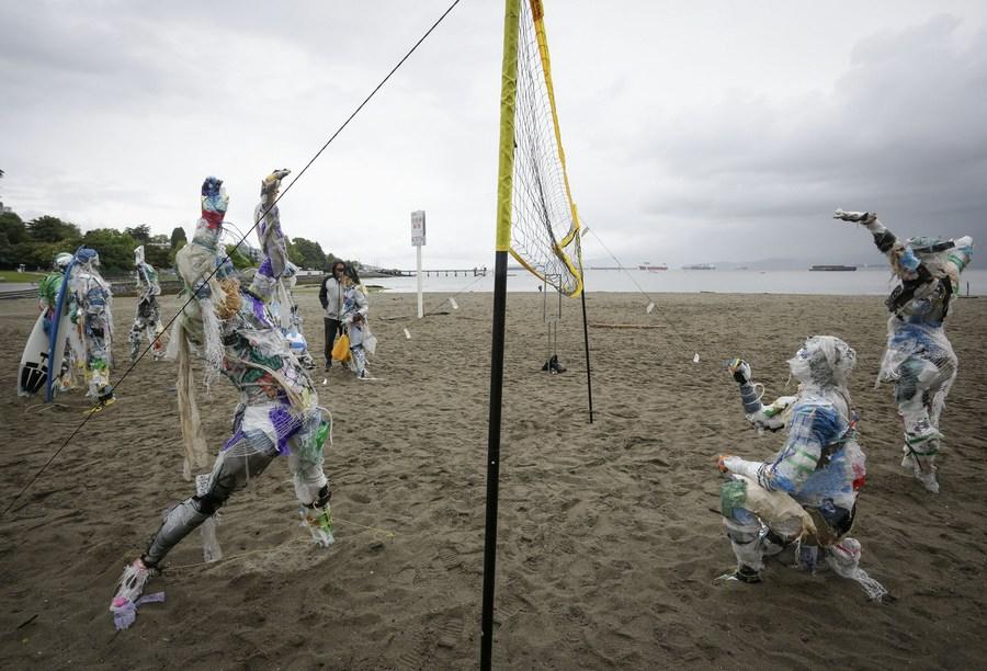 'หุ่นขยะพลาสติก' ชูประเด็นมลพิษชายหาดในแคนาดา