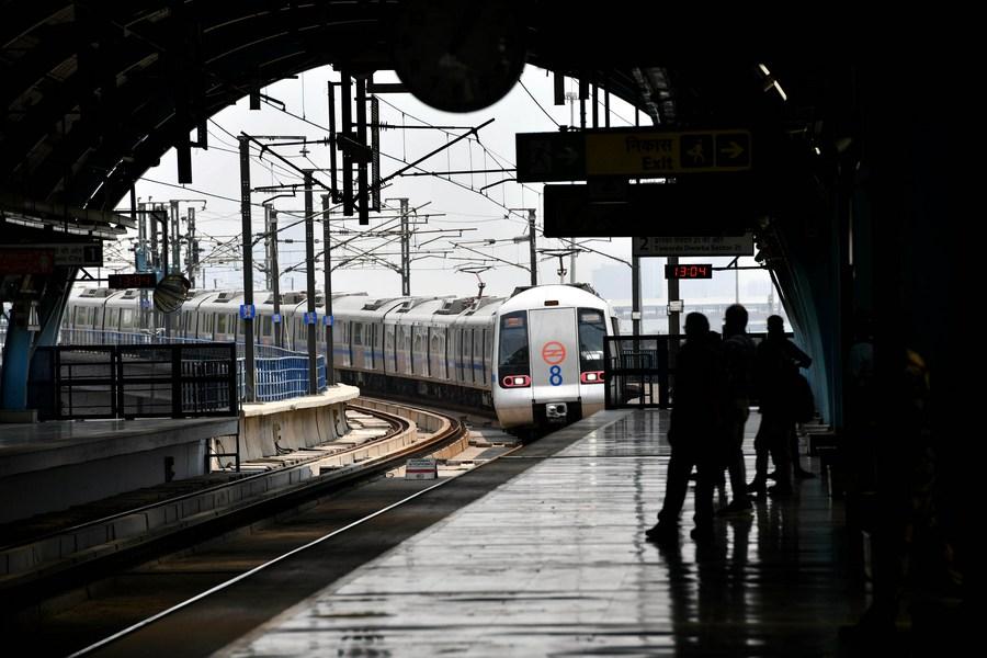 'รถไฟฟ้านิวเดลี' กลับมาให้บริการ พร้อมจำกัดผู้โดยสาร 50%