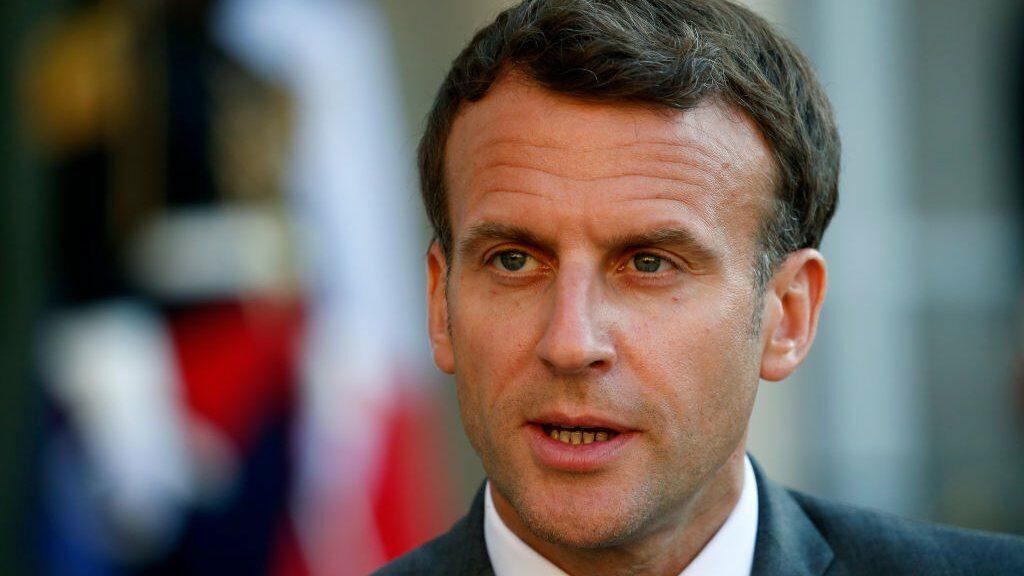 ประธานาธิบดีฝรั่งเศส เอ็มมานูเอล มาครง ถูกตบหน้าขณะทักทายประชาชน